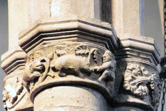 Capitel na Igreja de São João Baptista, onde é representada a caçada ao javali que teria dado nome à cidade de Tomar.