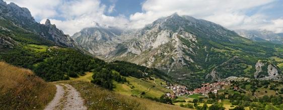 Panorâmica do lugarejo de Sotres com os Picos de Europa ao fundo, em Cabrales. (Mick Stephenson)