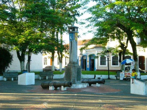 Praça ao lado da Igreja de São João Batista, com canhões do século XVI.