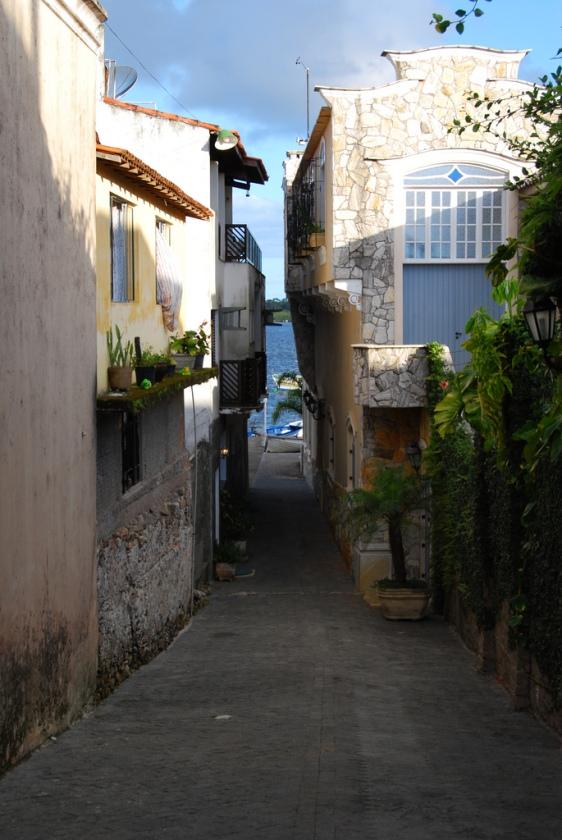 Curiosa rua de Cananéia próxima à laguna.