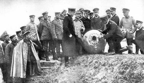 Soldados da Primeira Guerra Mundial observando uma bomba (esta era de verdade).