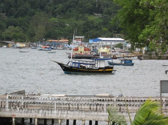 Barcos na laguna em frente a Cananéia.