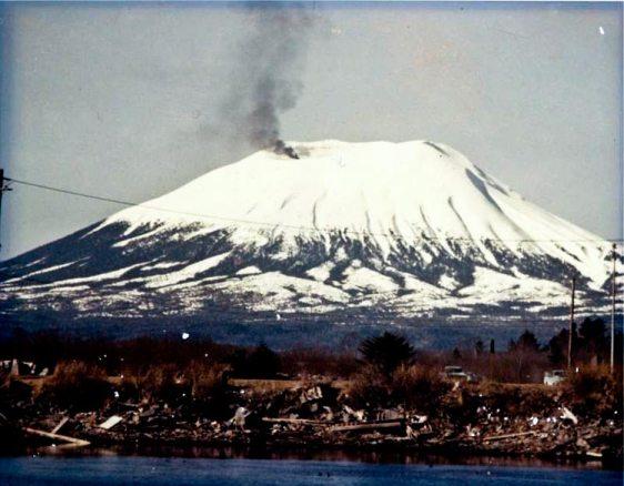Erupção do vulcão Edgecumbe realizada por Porky Bickar.