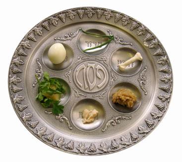 Kearat ha Pessach, com os alimentos símbolos da Páscoa Judaica.