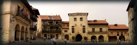 Panorâmica da Plaza Mayor de Santillana.