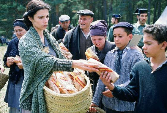 Cena da distribuição do pão.