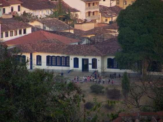 "Escola Municipal Marília de Dirceu, na cidade de Ouro Preto (MG), que ocupa o edifício onde residia a famosa ""Marília""."
