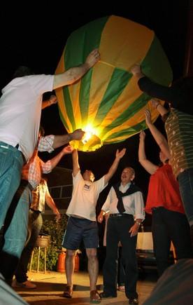 Soltando um balãozinho.