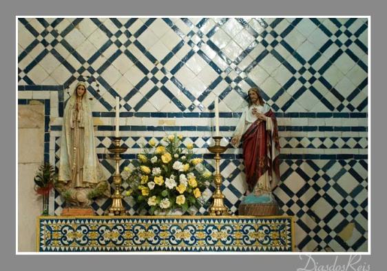 Igreja de Santa Maria de Marvila, em Santarém. Exemplo de azulejos de padrão com utilização da técnica do alicatado (faixa central).