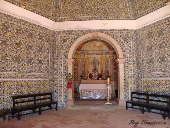 Capela de São Sebastião, Ericeira, erguida no século XVII, com tapetes de azulejos inclusive no teto.