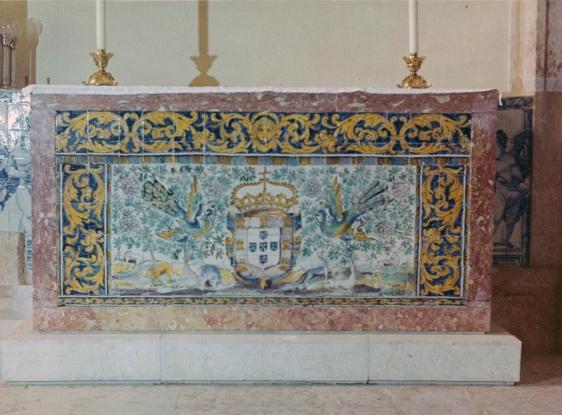 Frontal de Altar da segunda metade do século XVII, localizado na Igreja de Santa Tereza, em Lisboa. Com uma cartela central e repleto de motivos da fauna e flora oriental.