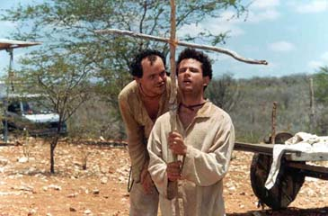 João Grilo e Chicó (com a cruz na mão).