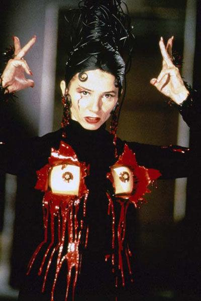 Andrea Caracortada (Victoria Abril) em sua roupinha de Jean Paul Gaultier.