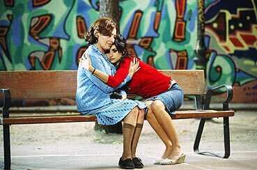 O fantasma de Irene (Carmen Maura) abraçada à filha Raimunda (Penélope Cruz).
