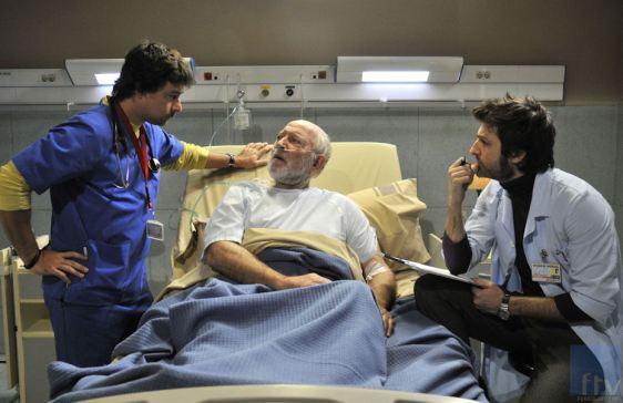 Dr. Hector (Roberto Drago) à esquerda, e o assistente social Carlos (Jesús Olmedo) à direita.